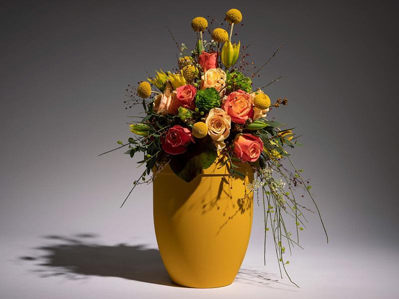 Trauerblumen schmücken Urnen und Särge zur Trauerfeier und Beerdigung in Berlin Prenzlauer Berg.