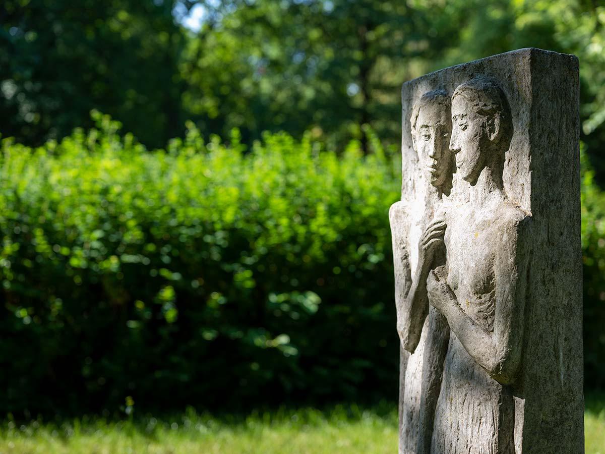 Eine Bestattung ist ein Ereignis im Leben, dem wir natürlich und offenherzig begegnen. Unser Bestattungsinstitut befindet sich direkt am Friedhof Berlin Mitte.