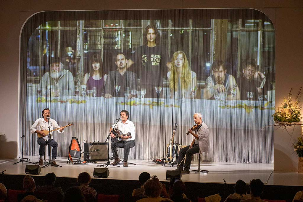 Musiker vor einem Film-Still zur Trauerfeier für Birol Ünel 2020 im Maxim Gorki Theater Berlin-Mitte und anschließende Urnenbeisetzung.