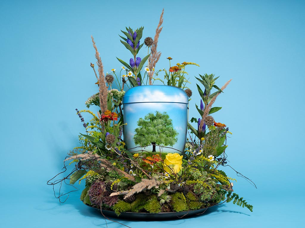 Urne und Baum - Kompost Bestattung in Deutschland bisher unmöglich, Naturbestattung bedeutet hier Feuerbestattung. Ein Urnenkranz kostet zwischen 120 und 140 €. Trauerfloristik von FloraGarten in Berlin Pankow.