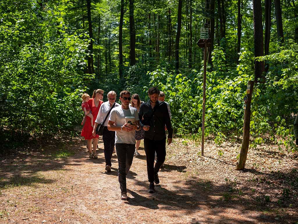 Baumbestattung, auf dem letzten Weg tragen alle die Urne gemeinsam zur Grabstelle im FriedWald Summt.